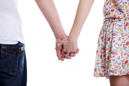 Photo pour Jeune couple est debout une face arrière et tenant par la main. - image libre de droit