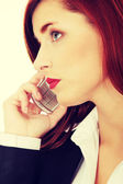 Affärskvinna som talar i telefon
