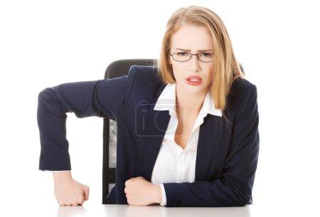 Photo pour Femme d'affaires attrayant de la table, comportement autoritaire. isolé sur blanc. - image libre de droit
