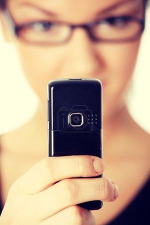 Photo pour Jeune femme utilisant un téléphone portable. - image libre de droit