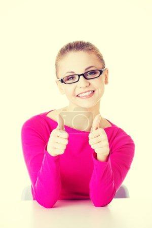 Photo pour Jeune étudiante occasionnelle montrant le geste OK. Isolé sur blanc . - image libre de droit