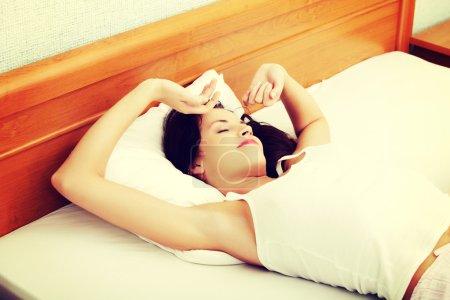 Photo pour Belle femme dort et se repose au lit . - image libre de droit