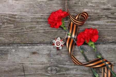 Photo pour Ordre de la guerre patriotique en ruban de Saint-Georges sur un fond en bois - image libre de droit