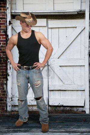 Photo pour Beau jeune homme de la campagne portant un chapeau de cow-boy élégant - image libre de droit