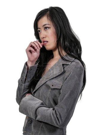 Photo pour Belle femme pensant et perdu dans ses pensées - image libre de droit