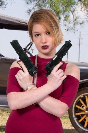 Photo pour Criminel de belle jeune femme avec une arme à feu - image libre de droit