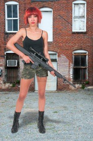 Photo pour Belle jeune femme soldat avec un fusil M16 - image libre de droit
