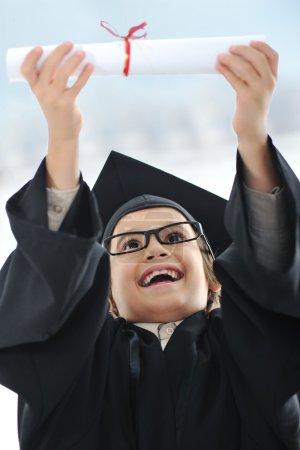 Photo pour Enfant célébrant diplôme - image libre de droit
