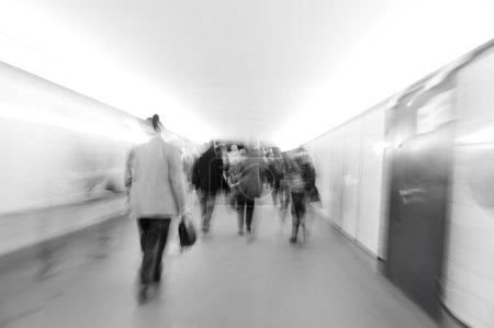 Photo pour Foule qui marche dans la ville (scène floue) - image libre de droit