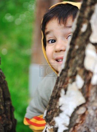 Photo pour Enfants heureux dans la nature en plein air - image libre de droit