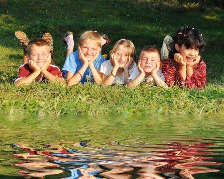 Photo pour Enfants dans la prairie - image libre de droit