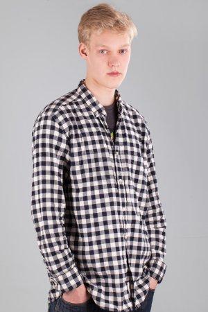 Photo pour Portrait de jeune beau mec sur fond gris - image libre de droit
