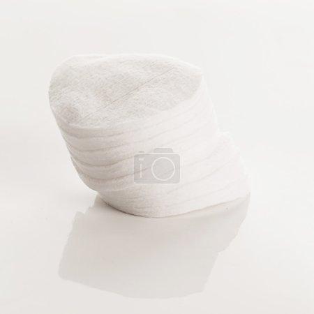 cojines de algodón blanco sobre un fondo blanco