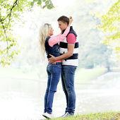 Mladý pár, vyjádřit své pocity v parku