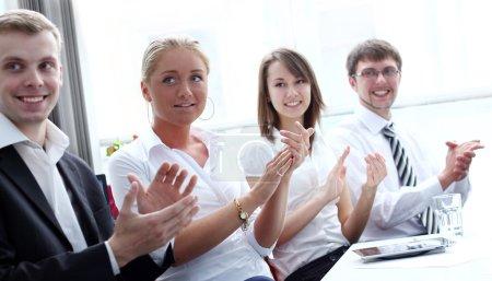 Photo pour Les gens d'affaires applaudissant au cours d'une réunion d'affaires - image libre de droit