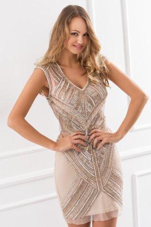 Photo pour Belle femme bouclée en jolie robe - image libre de droit