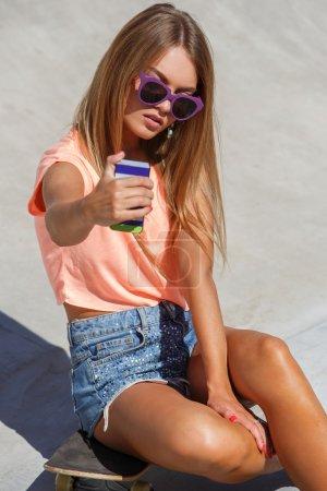 Photo pour En plein air, rue. jolie fille sur la planche à roulettes faisant selfie - image libre de droit
