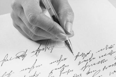 Photo pour Femme écrit une lettre manuscrite - image libre de droit
