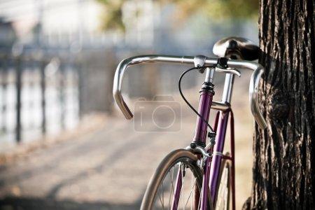 Photo pour Vélo de route sur la rue de la ville - image libre de droit