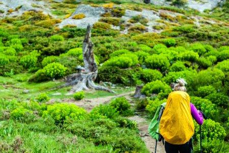Photo pour Femme de randonnée avec sac à dos dans les montagnes, Corse france. aventure dans la nature sauvage de l'été en plein air, mode de vie sain randonnée et la marche. - image libre de droit