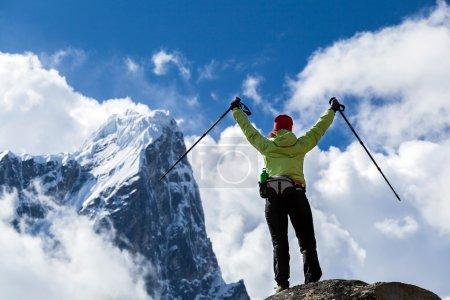 Photo pour Femme randonneur marche nordique dans les montagnes de l'himalaya au Népal. randonnée dans la nature d'automne, magnifique paysage de montagne. - image libre de droit