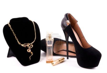 Foto de Collares y zapatos de moda femeninos - Imagen libre de derechos