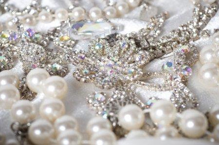 Photo pour Un fond de bijoux. Beaucoup de beaux bijoux - image libre de droit