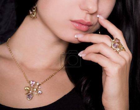Photo pour Portrait d'une belle dame avec des bijoux en or - image libre de droit