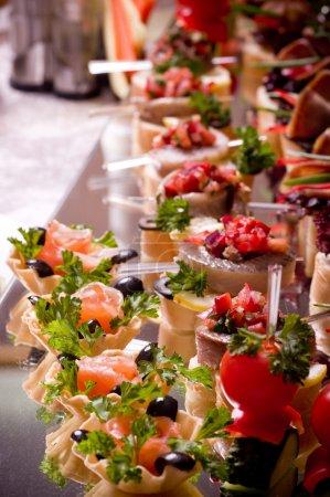 Photo pour Un grand nombre de snacks froids sur la table de buffet, traiteur - image libre de droit