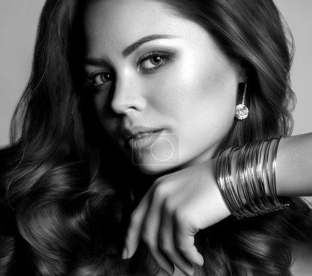 Foto de Retrato de mujer hermosa con pendientes y pulseras de la joyería - Imagen libre de derechos