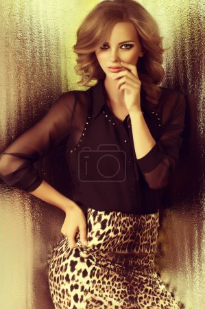 Foto de Retrato de mujer hermosa joven con maquillaje en ropa de moda leopardo - Imagen libre de derechos