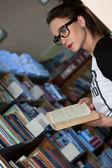 Dívka s Kniha police ze