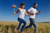 šťastný pár v pšeničné pole
