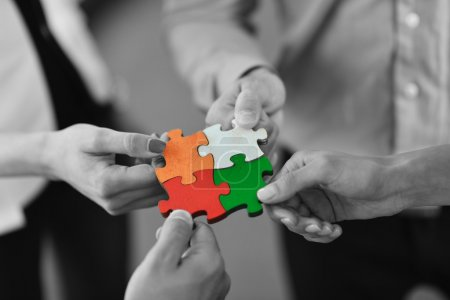 Groupe de gens d'affaires assemblage jigsaw puzzle
