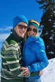 Télen a hó-jelenet a fiatal pár