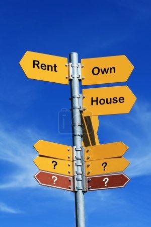 """Photo pour """"Louer ou posséder une maison ? """" signe de direction - image libre de droit"""