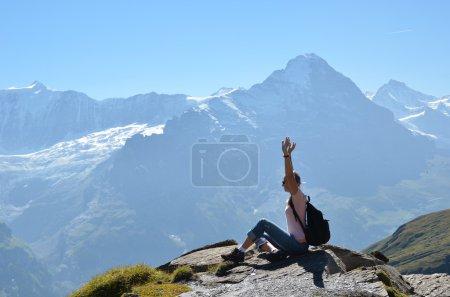 Foto de Viajero en la cima de una roca. Suiza - Imagen libre de derechos
