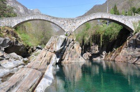Photo pour Pont Ponte dei salti à Lavertezzo, Suisse - image libre de droit