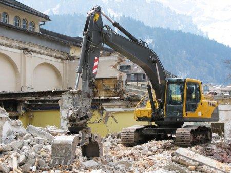 Photo pour Excavateurs-Pelle démolition d'un bâtiment ancien - image libre de droit