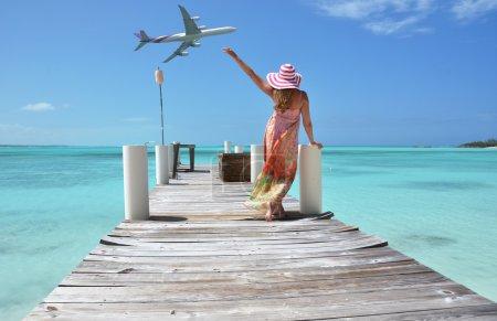 Photo pour Une fille sur la jetée en bois. Exuma, Bahamas - image libre de droit
