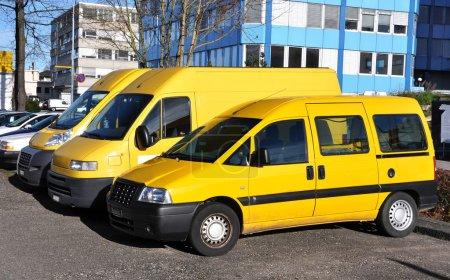 Photo pour Ligne de voitures de service jaunes - image libre de droit