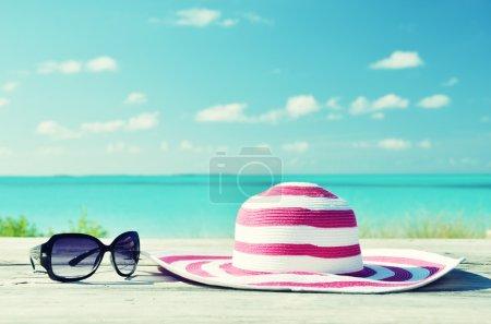 Photo pour Chapeau et lunettes de soleil - image libre de droit