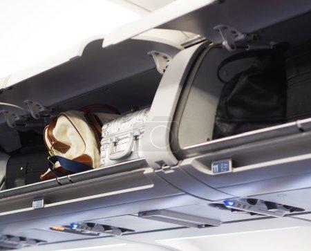 Photo pour Coffres à bagages à main dans un avion à réaction - image libre de droit