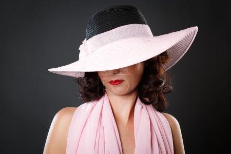 Photo pour Portrait de femme sexy élégante attrayante avec chapeau - image libre de droit