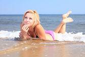 Krásná žena v bikinách slunění u moře
