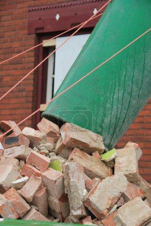 Photo pour Vieilles briques et une poubelle près d'une benne à ordures - image libre de droit