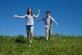 Dívka a chlapec s venkovní