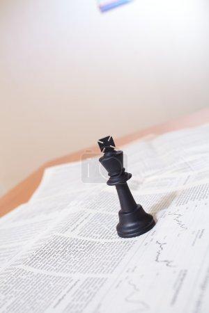 Photo pour Pièce d'échecs sur le document - image libre de droit