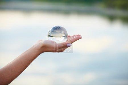 Photo pour Boule de cristal à portée de main - image libre de droit