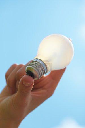 Photo pour Ampoule dans la main - image libre de droit